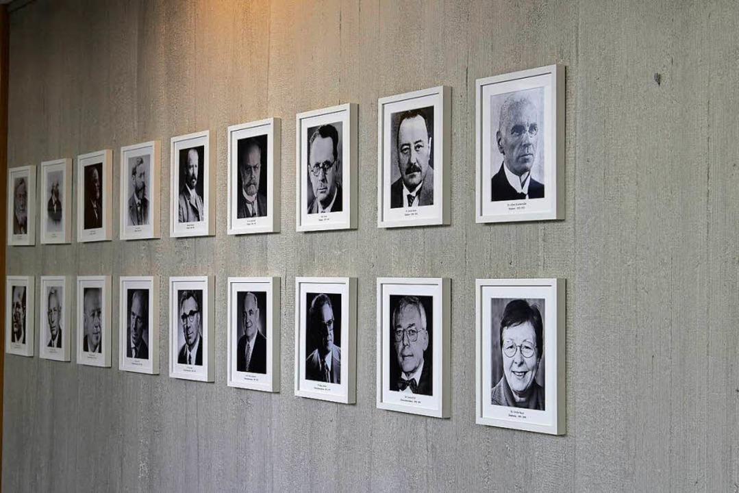 Die Rektorengalerie im Rotteck-Gymnasi...ben rechts fehlt Fritz Ludins Porträt   | Foto: ingo schneider