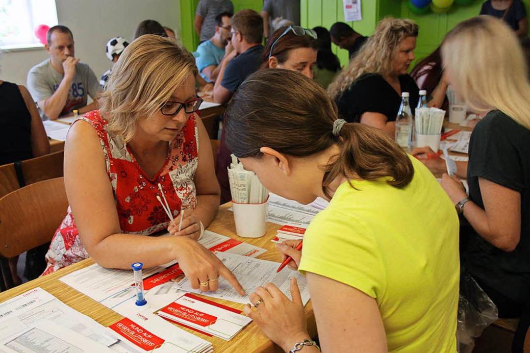 Bei Fragen waren  die freiwilligen Helfer zur Stelle (rechts).  | Foto: Nina Witwicki