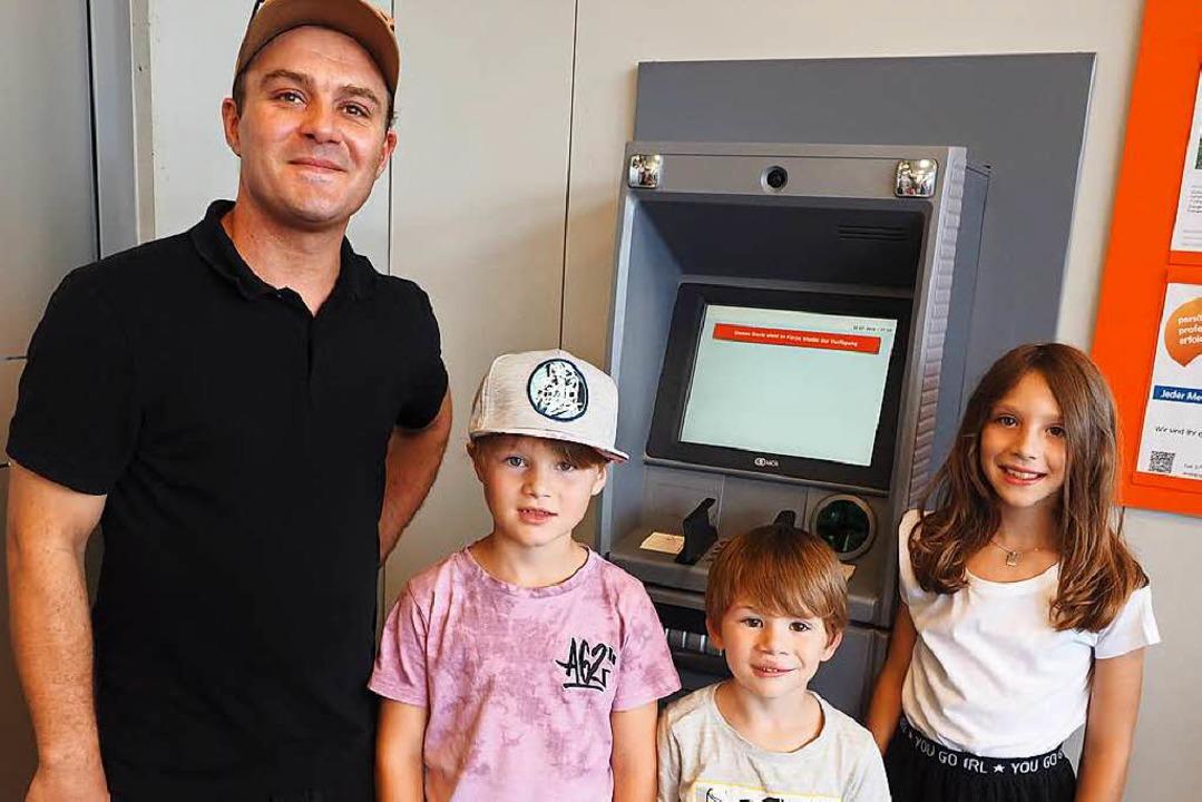 Alexej Komnik und seine Kinder nehmen den Stromausfall gelassen.    Foto: Susanne Gilg