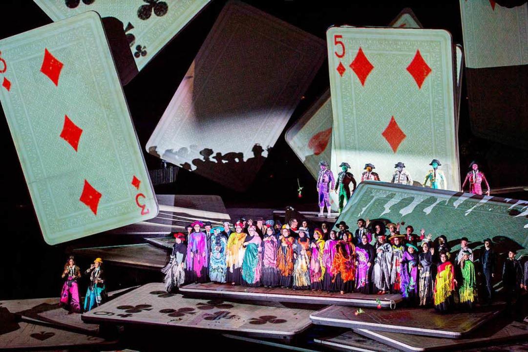 Fliegenden Spielkarten – Teil der spektakulären Inszenierung in Bregenz.  | Foto: dpa