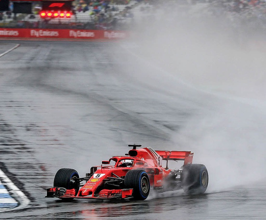 Sebastian Vettel beim Training im Regen von Hockenheim   | Foto:  dpa