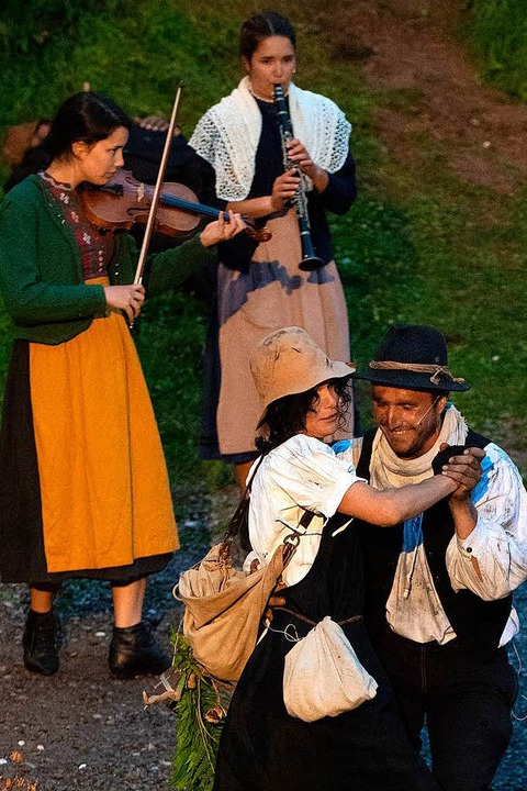Ein Tänzchen gefällig? Die Thurnerhexe (Andrea Riffel) und einer der Köhler.  | Foto: Wolfgang Scheu