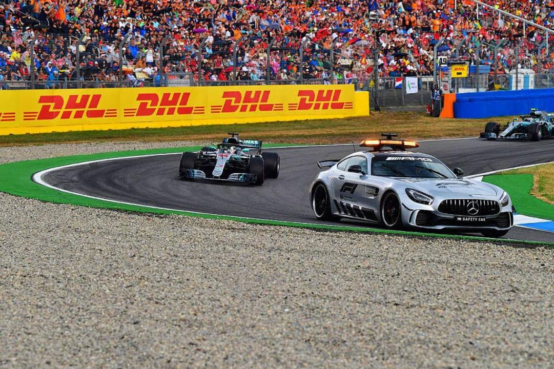 In der anschließenden Safety-Car-Phase ging Lewis Hamilton in Führung...  | Foto: AFP