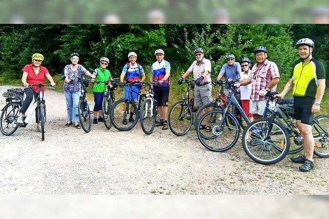 Wanderfreunde auf dem Mountainbike