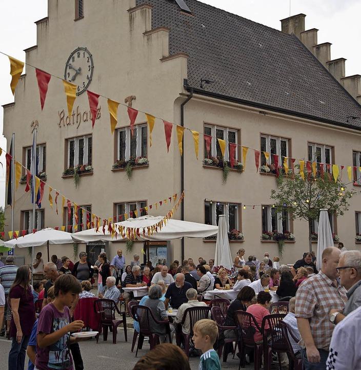 Das Bugginger Fest rund um das Rathaus...rt auch das ein oder andere Tänzchen.   | Foto: Volker Münch