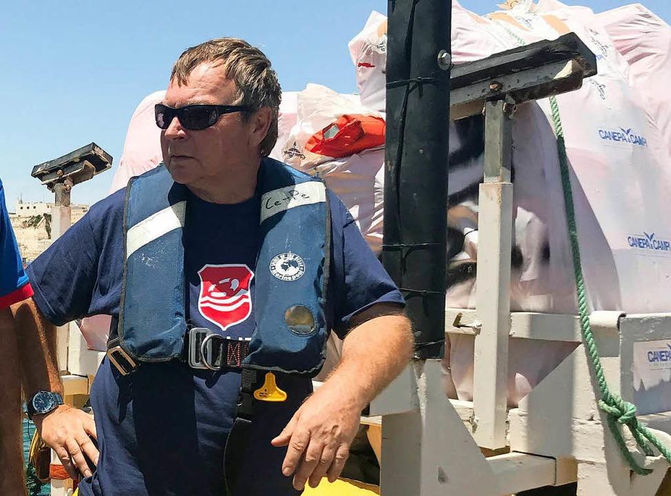 Kapitän Claus-Peter Reisch auf dem Rettungsschiff Lifeline...  | Foto: dpa