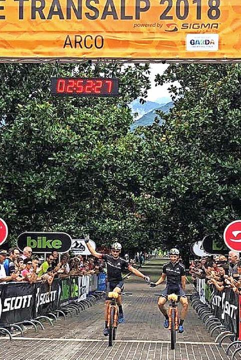 Der letzte Meter: Stiebjahn (rechts) und Huber in Arco  | Foto: Marathon-photos.com