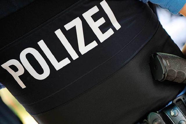 Randalierender Mann mit Wunde beißt Polizeibeamten in die Hand