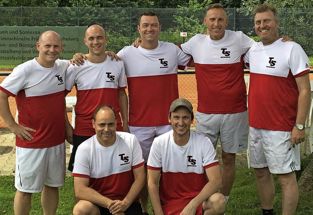 Die  Herren 40, kniend von links:  Tho...m Foto: Ralph Merkel,Peter Woitassek.   | Foto: Fotos: Verein