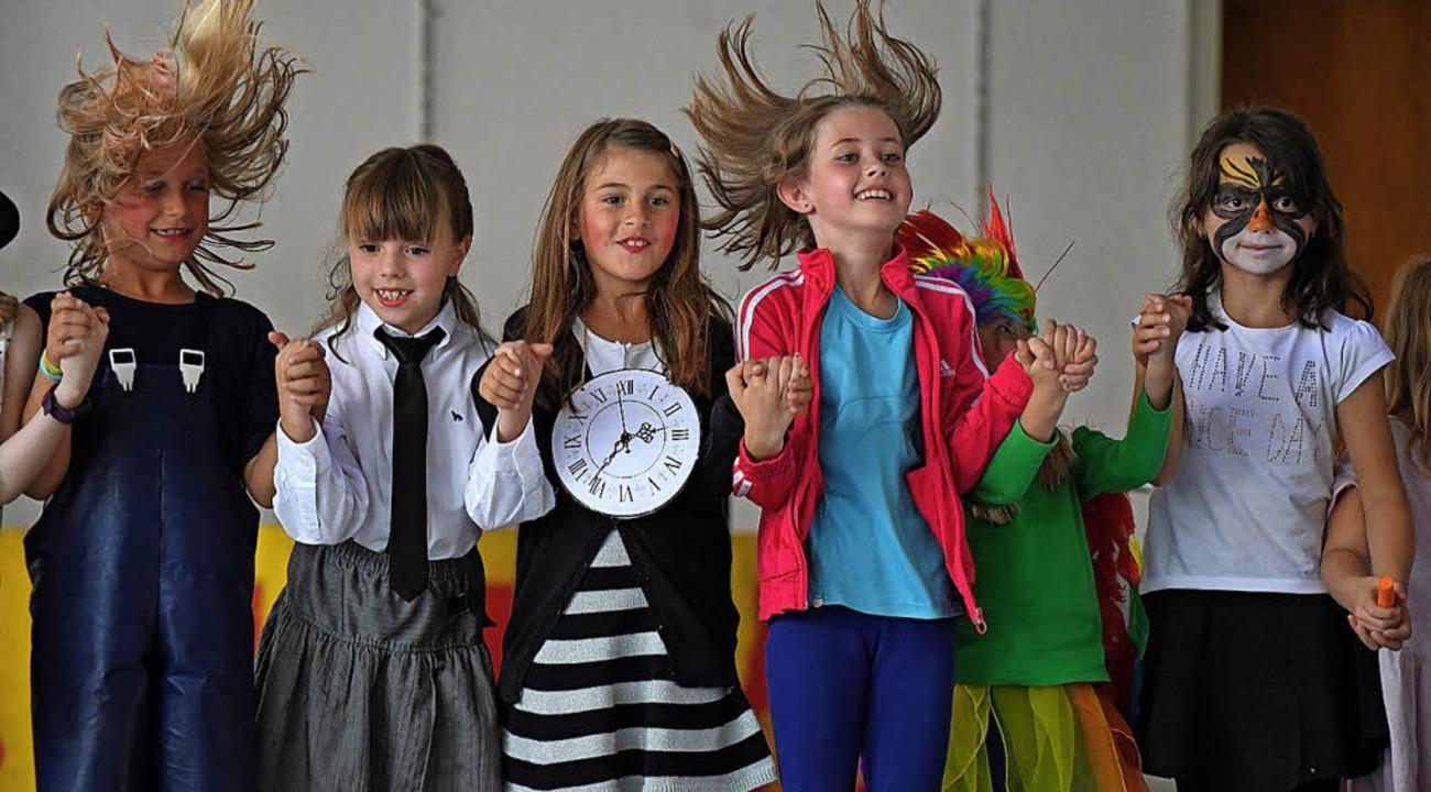 Theater der 2. Klasse in der Schule in... freuen sich über den großen Applaus.   | Foto: Wolfgang Scheu