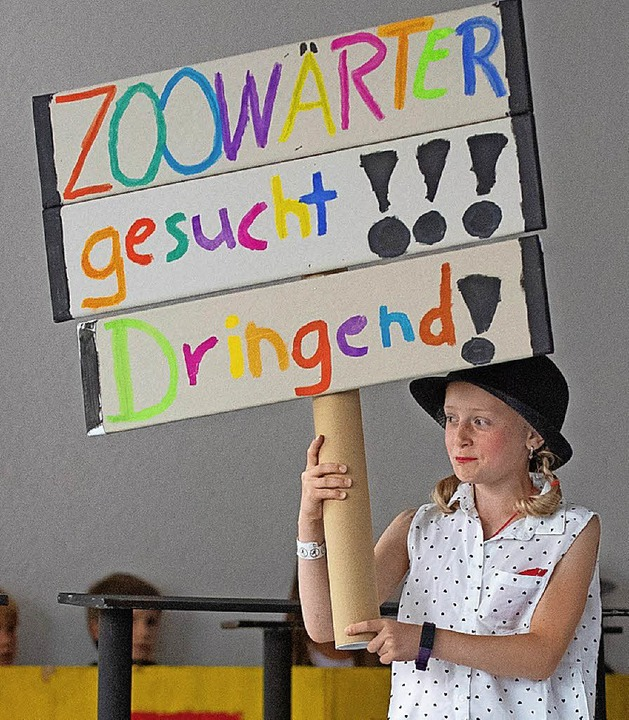 Zoodirektorin Enya Kröger auf der Suche nach einem Zoowärter.  | Foto: Wolfgang Scheu