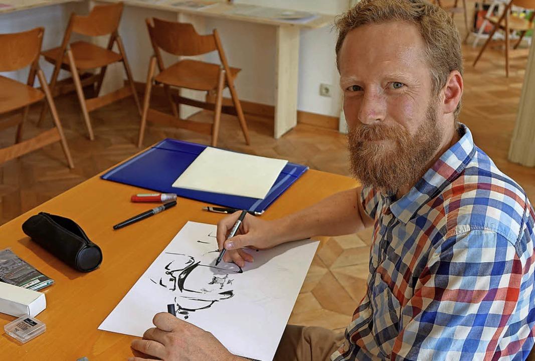 Der Comiczeichner Paul Scherübel aus B...erich Einblick in seine Arbeitsweise.   | Foto: Roswitha Frey