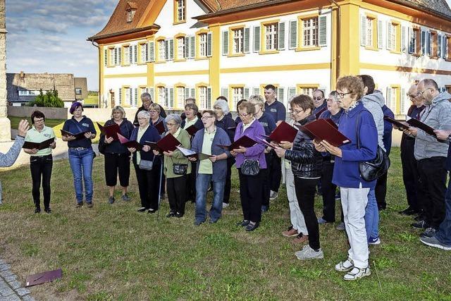 Erneut pilgern die Sänger um das Kirchengebäude