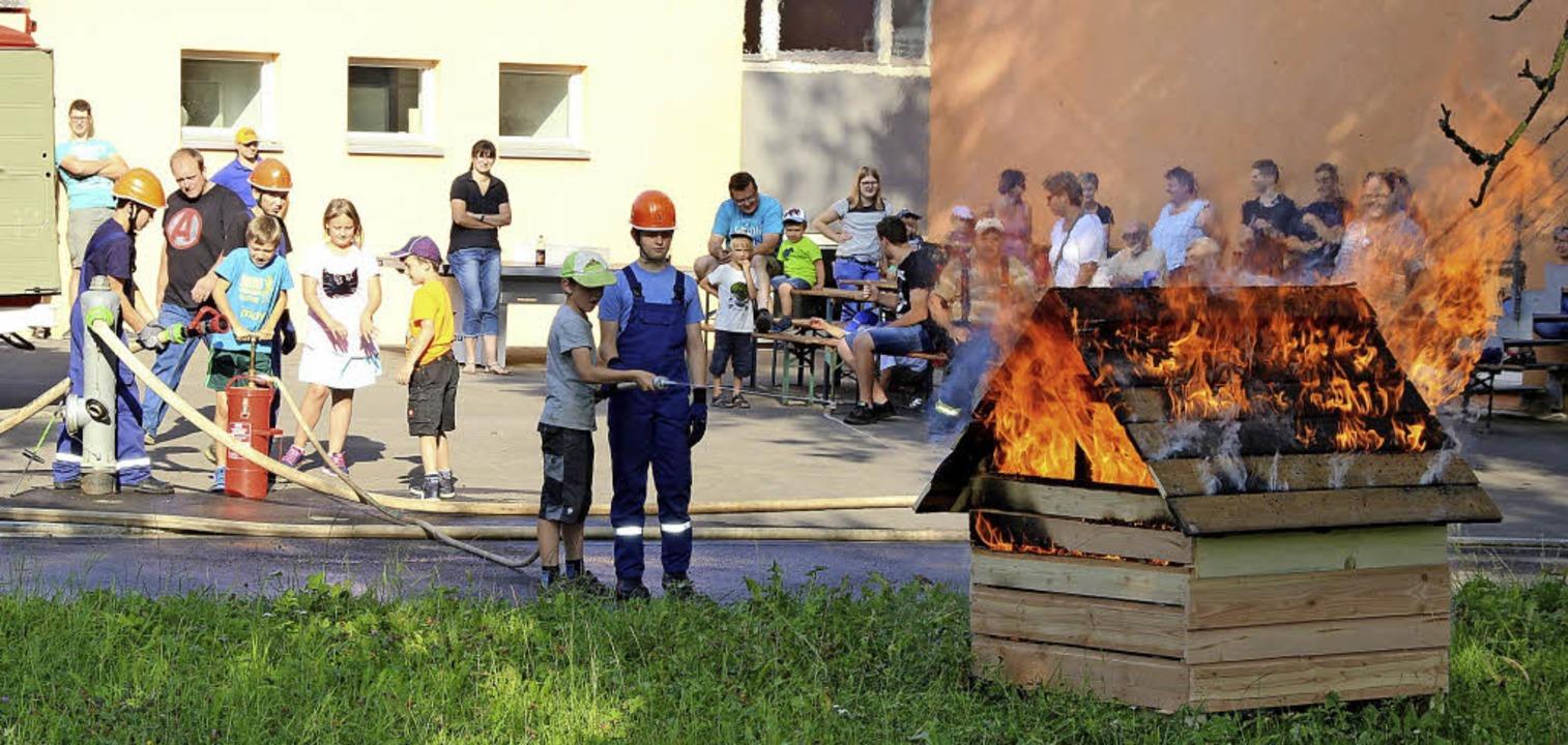 Ganz mutig traute sich ein Junge, mit ...ngfeuerwehr-Mitgliedern aus Blumegg.      Foto: Lucia van Kreuningen