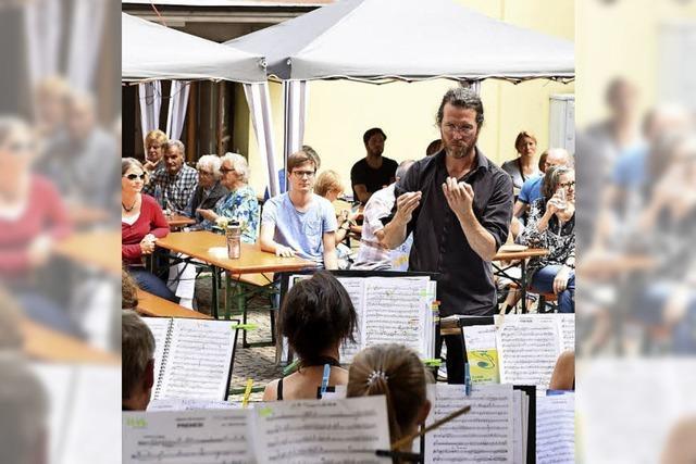 Alle Vereine packen beim Dorfplatzfest in Littenweiler mit an