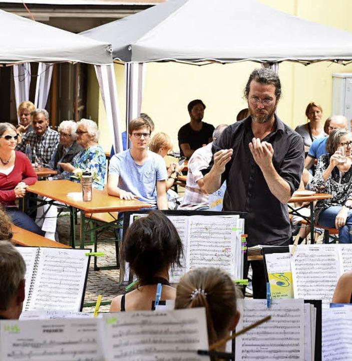 Beim Dorfplatzfest trat auch der Musik...ler mit Dirigent Nikolaus Reinke auf.     Foto: Rita Eggstein