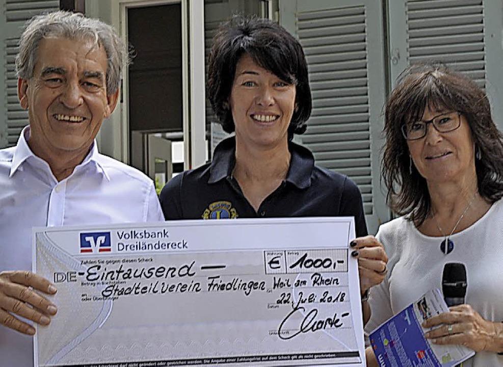 Dieter Charté und Claudia Menzer vom L...e Spende an Gabriele Moll (von links).  | Foto: Regine Ounas-Kräusel