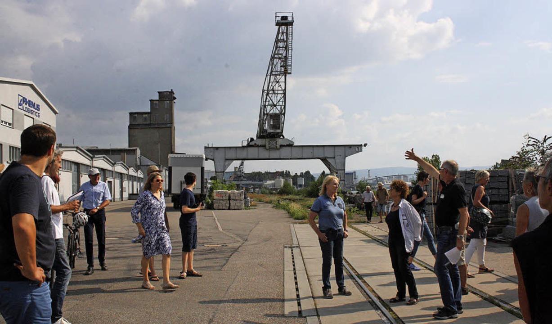 Die Hafenkräne prägen das Bild des alt...ens, der in den 30er Jahren entstand.   | Foto: Weniger