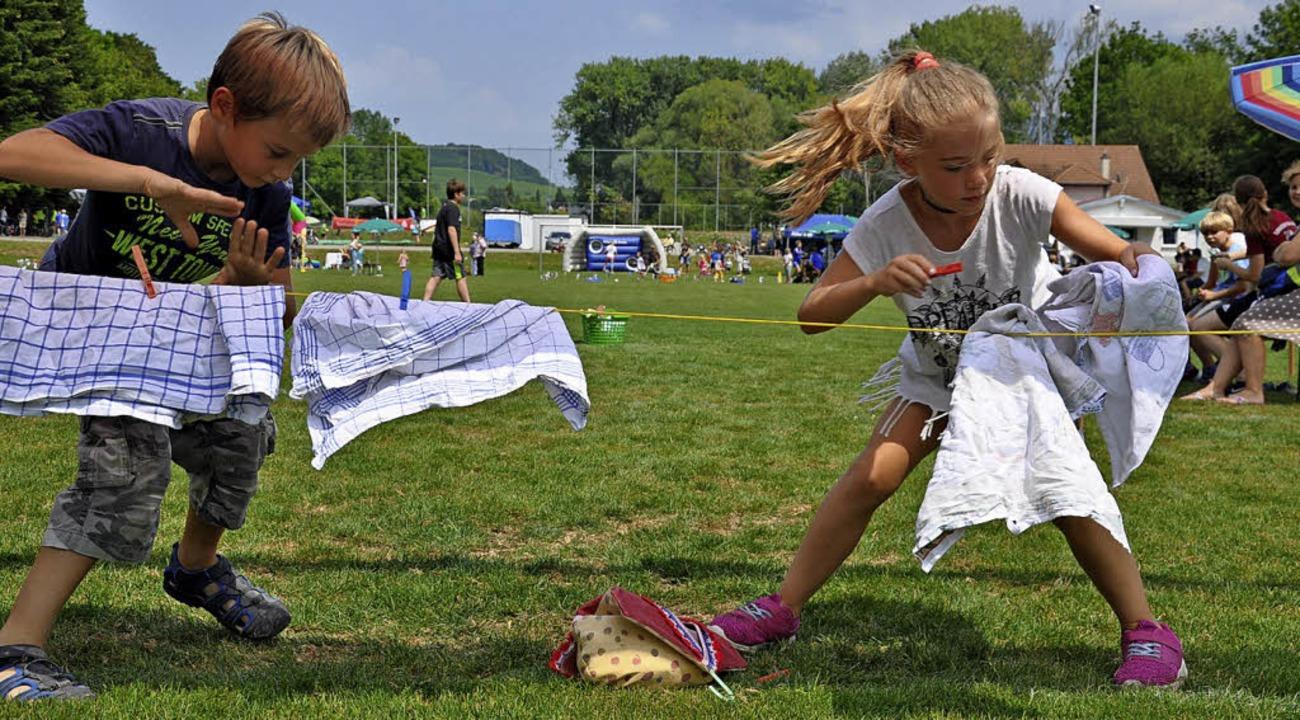 Wer hängt am schnellsten die Wäsche au...Spielfest der Sportfreunde Schliengen.    Foto: Jutta Schütz