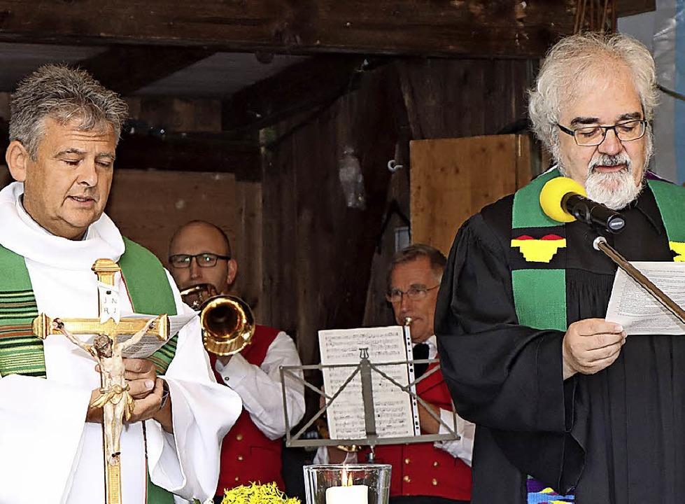 Die Pfarrer Arno Zahlauer (links) und ...menischen Gottesdienst beim Bergfest.     Foto: Dieter Maurer