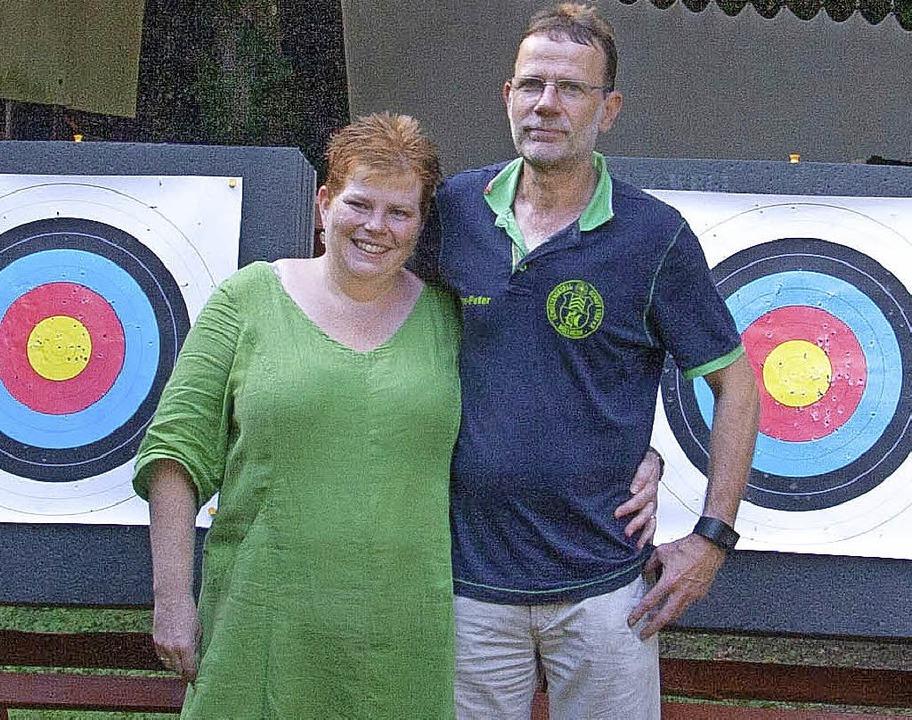 Hans-Peter Wegling und seine Frau Jasm...insam das Training der Bogenschützen.   | Foto: Friederike Andrae