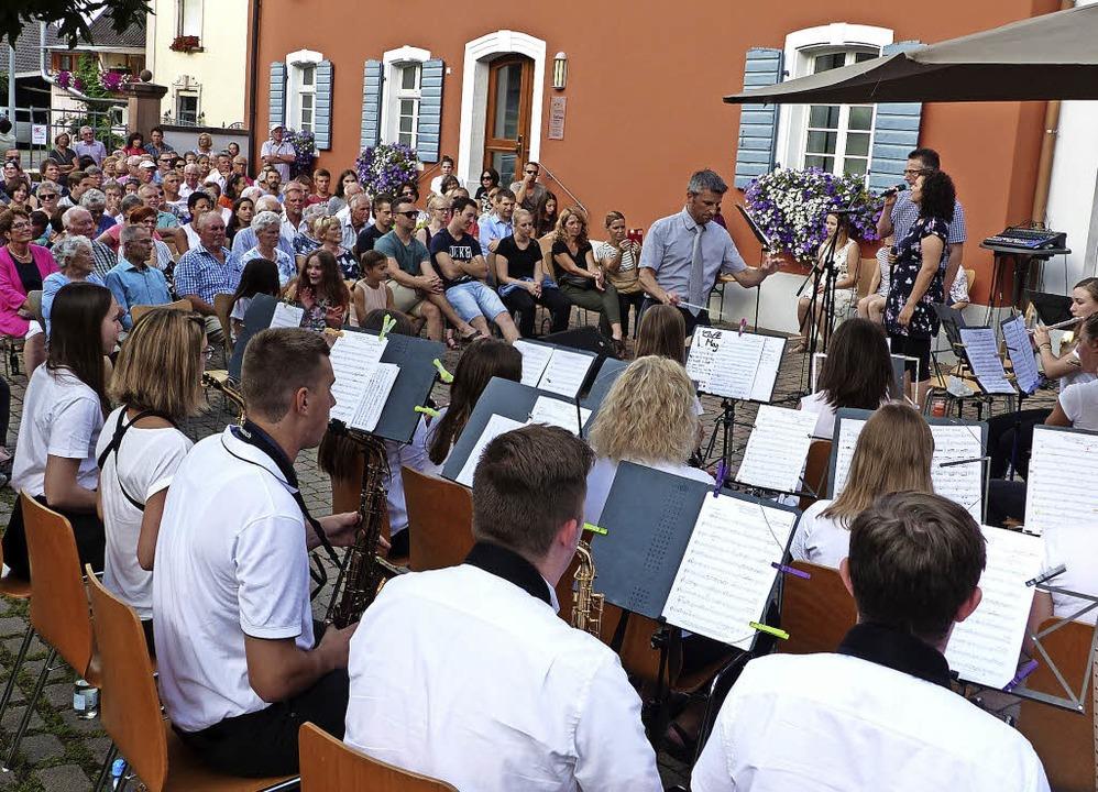 Der Musikverein beim Konzert im  Rathaushof     Foto: Bachmann-Goronzy