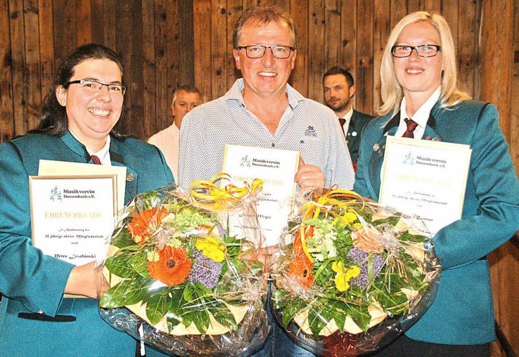 Die neuen Ehrenmitglieder: Petra Lesch...nks), Jürgen Meyer und Karin Gentner.     Foto: Petra Wunderle