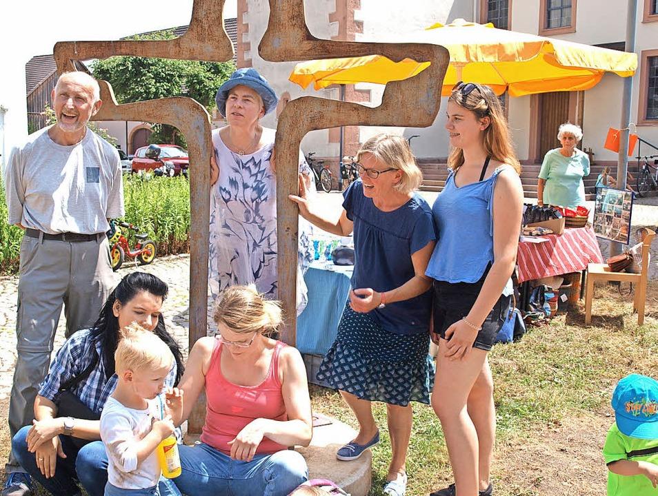 Pfarrerin Martina Schüßler steht mitte...laus Rempfer sowie Frauen und Kindern.  | Foto: Schleer