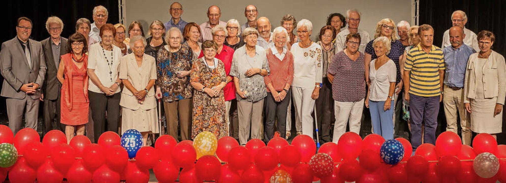 Jubiläums-Gruppenbild  mit vielen Ehre...renbüro feierte 25-jähriges Bestehen.   | Foto: Faruk ÜNver/Barbara Puppe