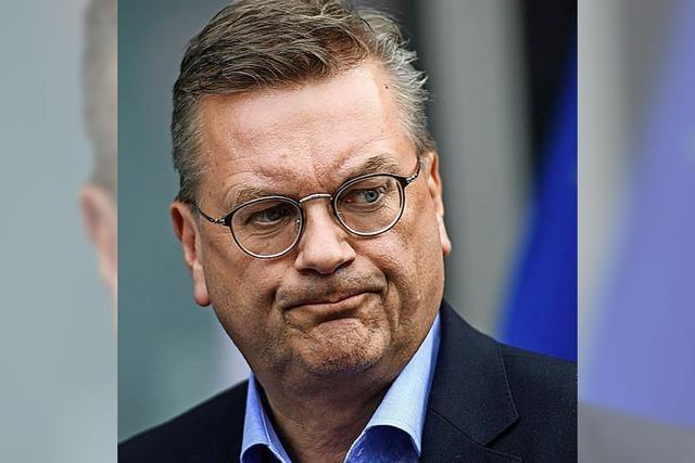 Der Krisenmanager beim DFB steht selbst unter Druck