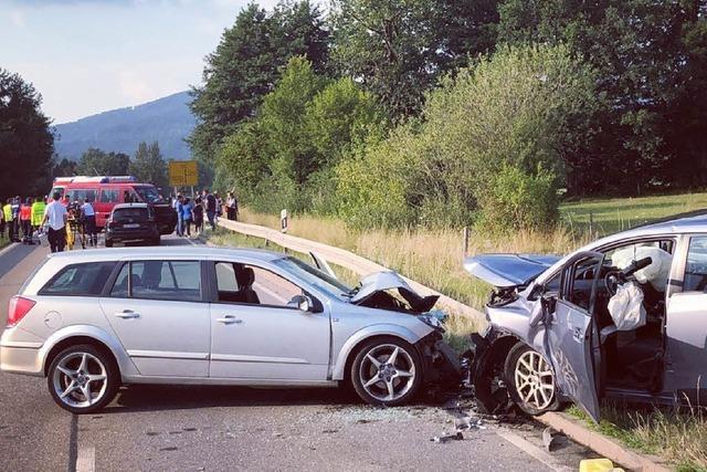 Drei Schwerverletzte und fünf Verletzte bei schwerem Unfall bei Kirchzarten
