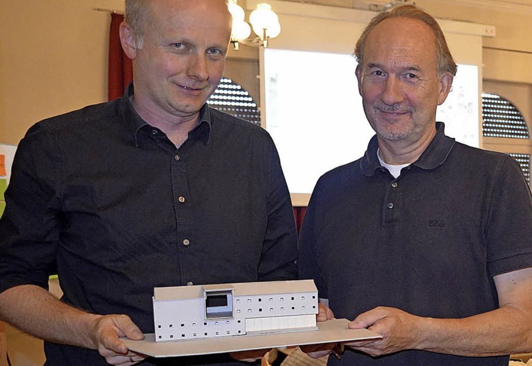 Architekt Frank Heinz und Ulrich Frech...em Modell des Tunnelbetriebsgebäudes.   | Foto: Nikolaus Bayer