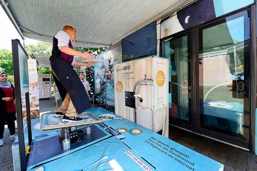 """Einblick ins """"Gastromobil""""...t Gläsern auf schwankendem Untergrund.    Foto: Ingo Schneider"""