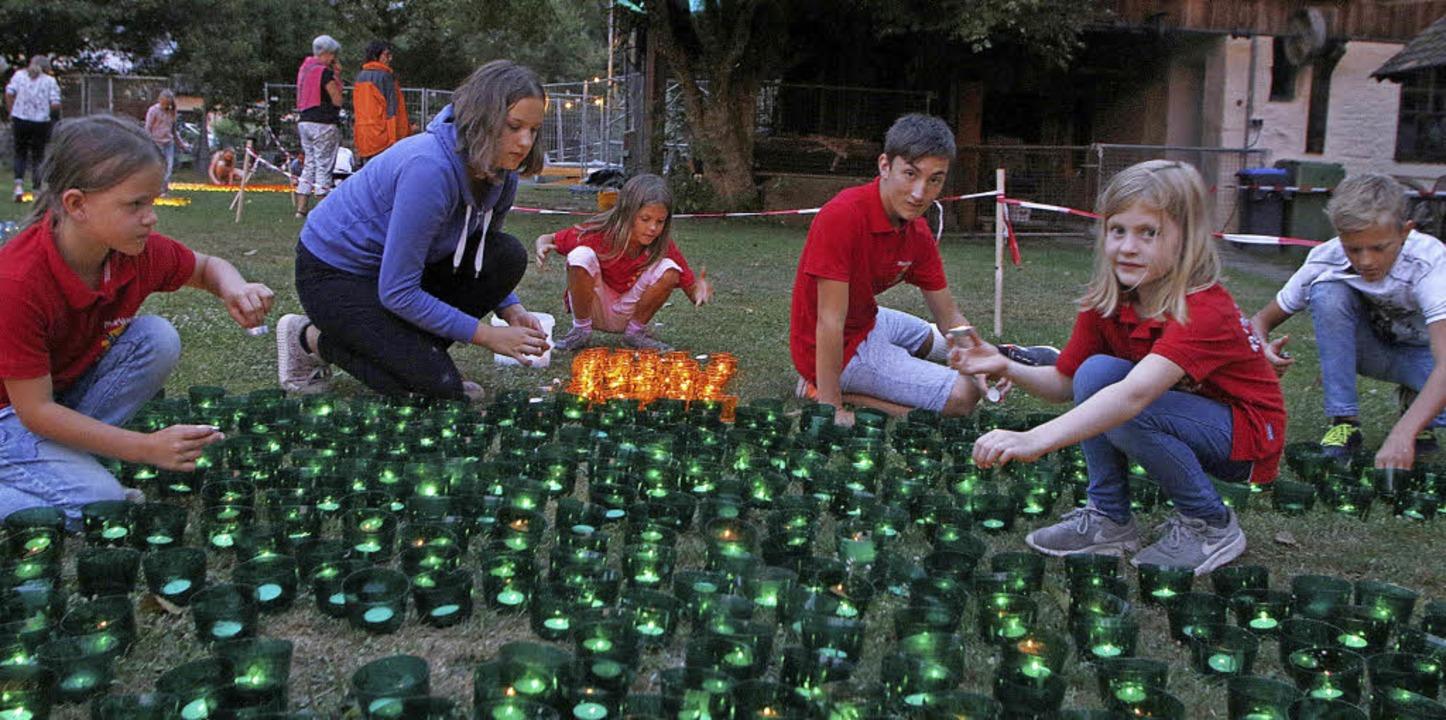 Ein Fest für die Augen und für Kinder waren wieder die brennenden Windlichter.   | Foto: Heidi Fössel