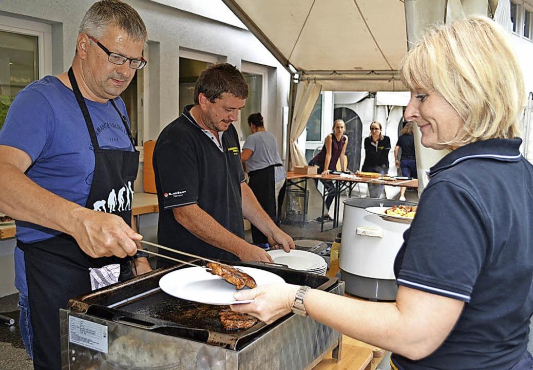 <BZ-FotoAnlauf>Sommerfest  Wieden:</BZ...uf> Das Küchenteam hatte viel zu tun.   | Foto: berger