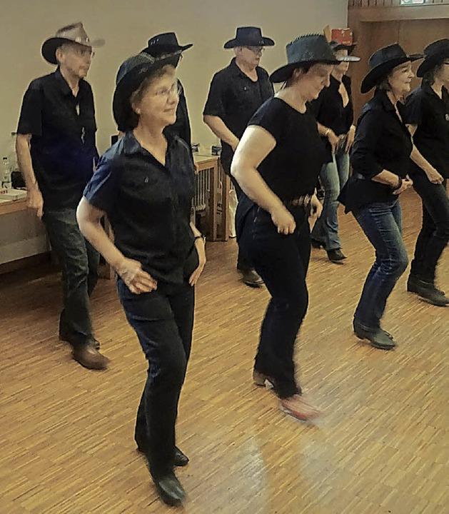 <BZ-FotoAnlauf>Johannesgemeinde:</BZ-FotoAnlauf> Viel Spaß mit den Line-Dancern   | Foto: H. Mues