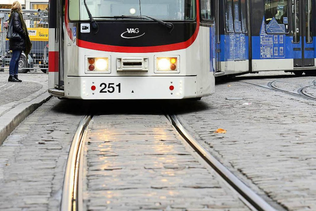 Mehrere Straßenbahnen blieben am Dienstagabend stehen, weil der Strom ausfiel.  | Foto: Ingo Schneider
