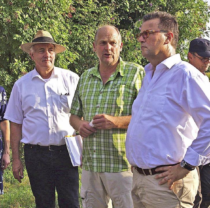 Landwirt Christoph Höfflin (Mitte) zei...  und Peter Hauk (rechts) seinen Hof.   | Foto: Annika Sindlinger