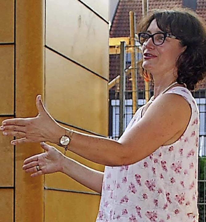 Sibylle Burkart erläutert Mitgliedern der Bürgerstiftung den Umbau des Kamelion.  | Foto: Loisl Mink
