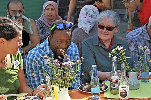 Flüchtlinge, Helfer und Anwohner feiern ein Fest