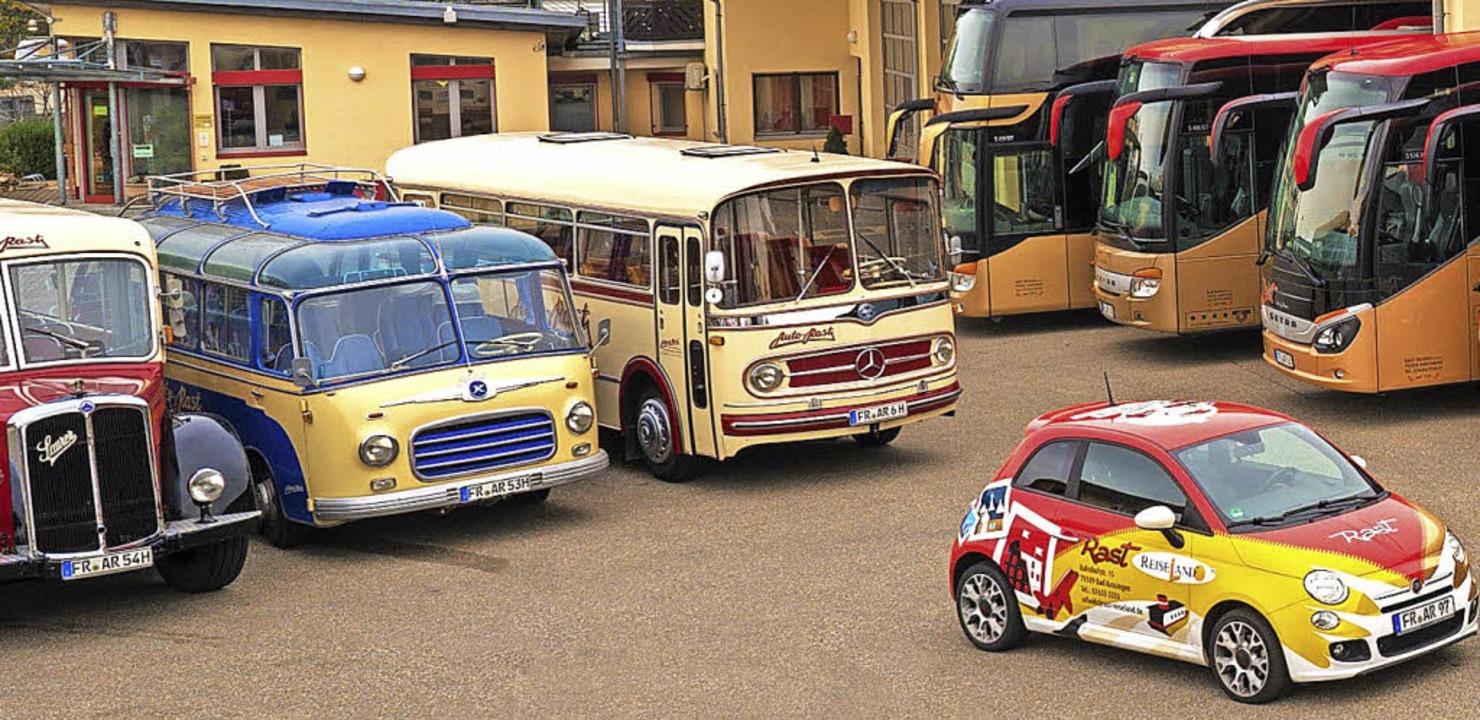 <BZ-FotoAnlauf>90. Geburtstag Rast Rei... neue und alte Fahrzeuge präsentiert.   | Foto: Rast Reisen