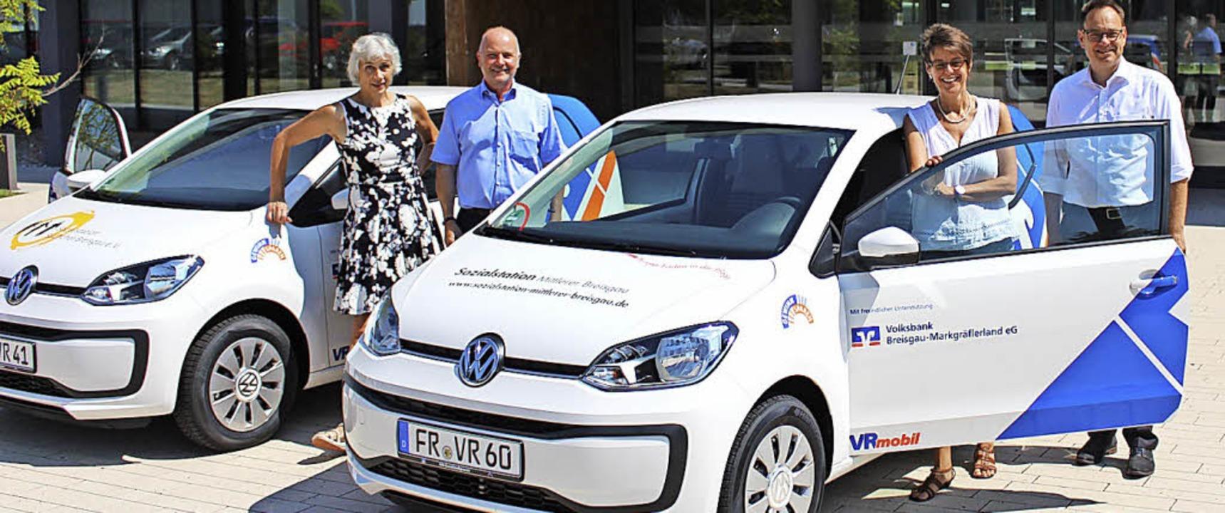 <BZ-FotoAnlauf>Spende der Volksbank:</...Jörg Dehler über die neuen Fahrzeuge.   | Foto: Volksbank