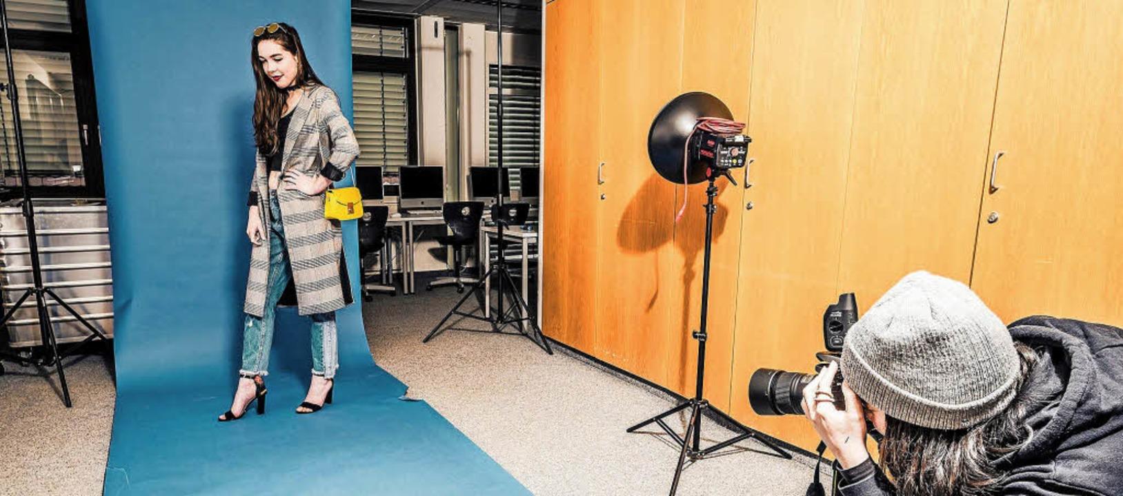 Schülerinnen und Schüler des Berufskol...-Design übten sich beim Fotoshooting.   | Foto: Stefan Johnen