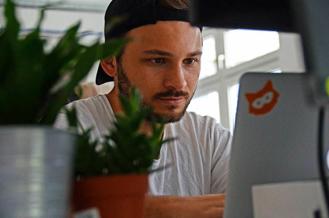 Alessio Borgmeyer bei der Arbeit in der Jodel-Zentrale in Berlin  | Foto: Konstantin Görlich