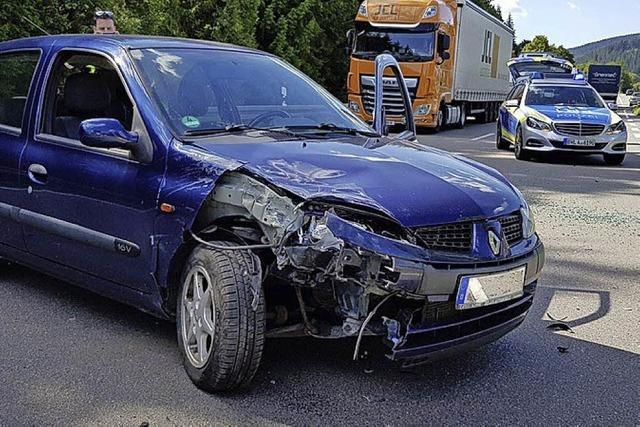 Stau nach Unfall auf der B 31 bei Neustadt