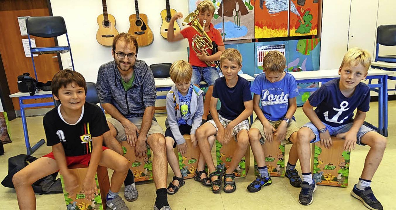 Unter der Leitung von Franz Lang musiz...ie Mitglieder der Cajon-AG gemeinsam.   | Foto: Lena Roser