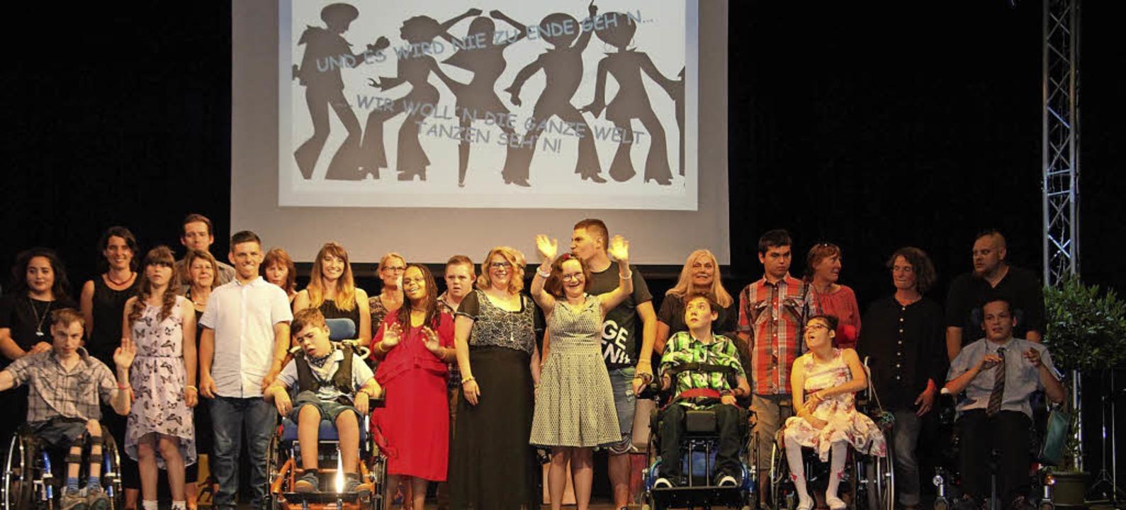 Die Entlassschüler der Karl-Rolfus-Schule mit ihren Klassenlehrern   | Foto: Pressefoto: St. Josefshaus