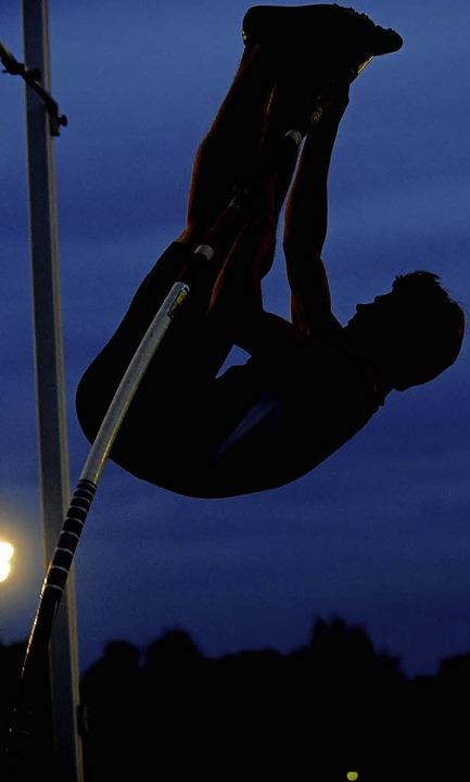 Die Wettkämpfe unter dem Abendhimmel s...ieses Jahr jedoch ohne Stabhochsprung.    Foto: M. Schön