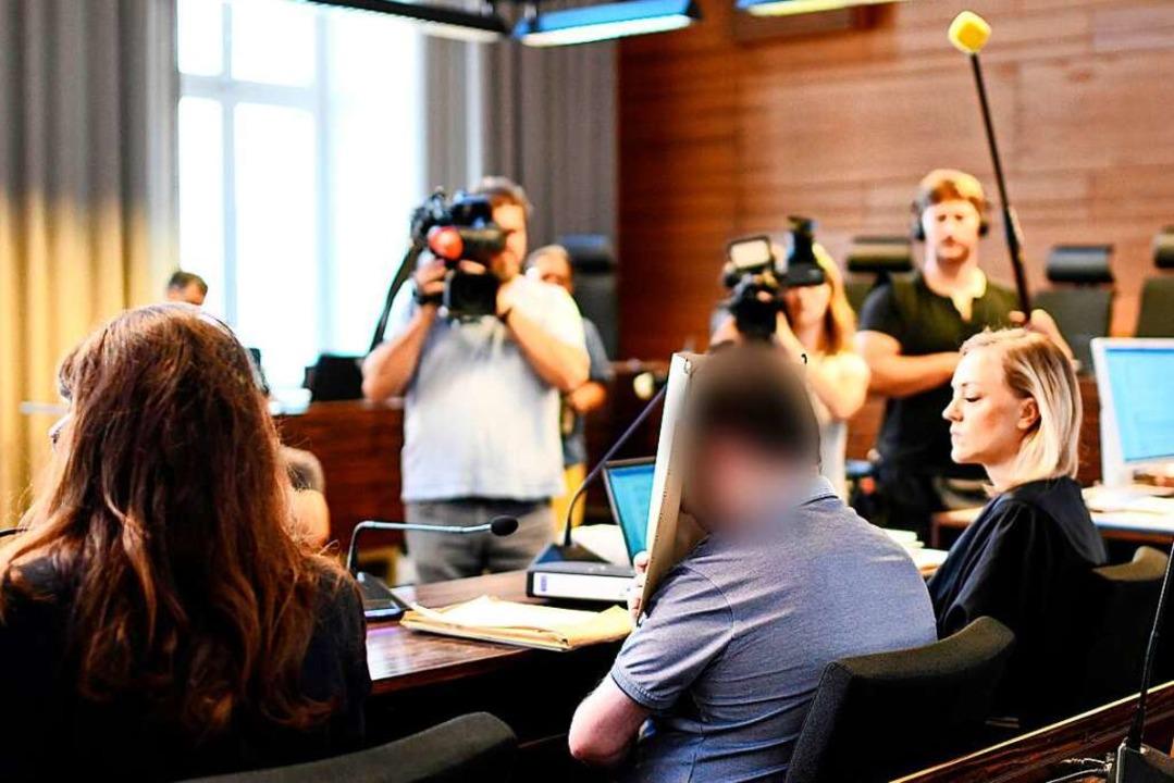 G.D. sitzt zwischen der Übersetzerin (...t im Saal IV des Landgericht Freiburg.    Foto: dpa