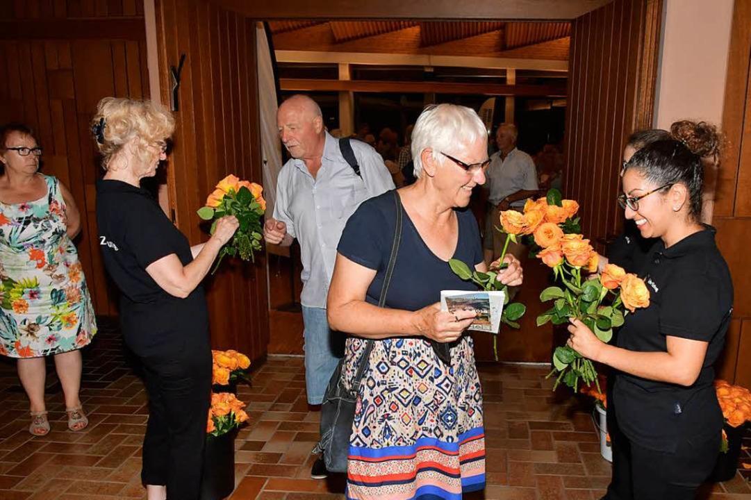 Zum Abschied bekam jede Besucherin, je...germeisterin Hannelore Reinbold-Mench.  | Foto: Dieter Erggelet